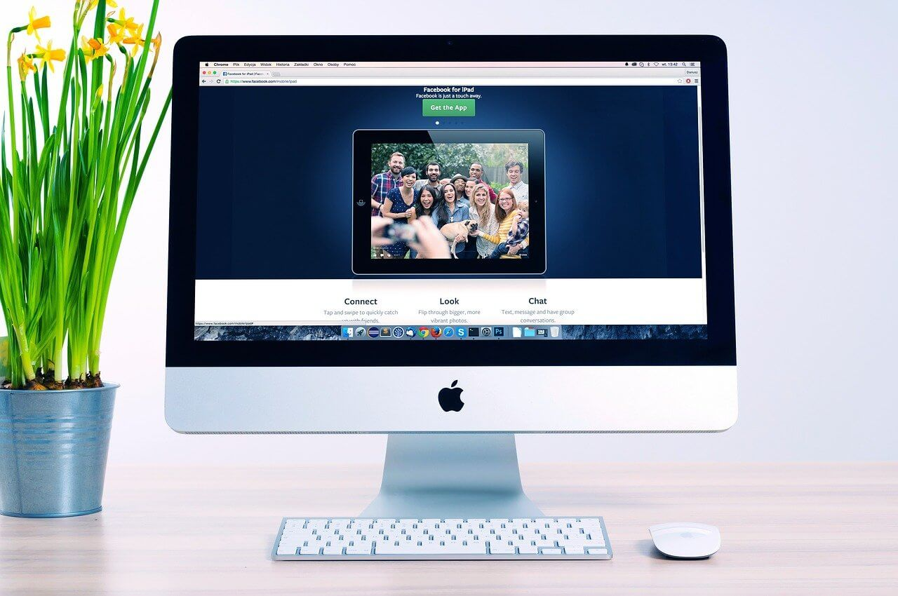 monitor na biurku wyświetlający stronę internetową